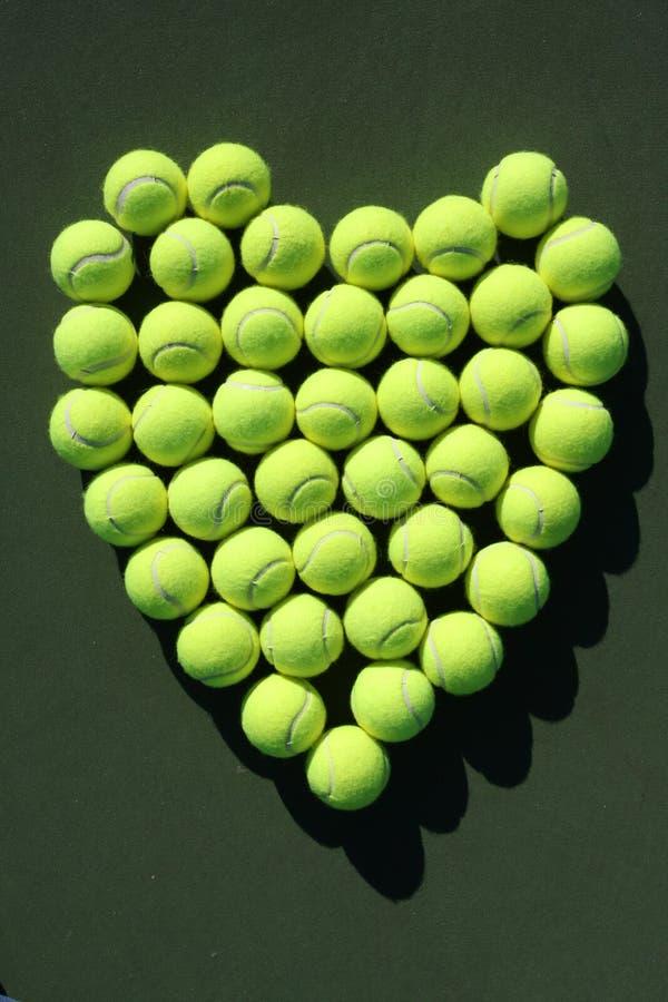 Cuore delle sfere di tennis immagini stock
