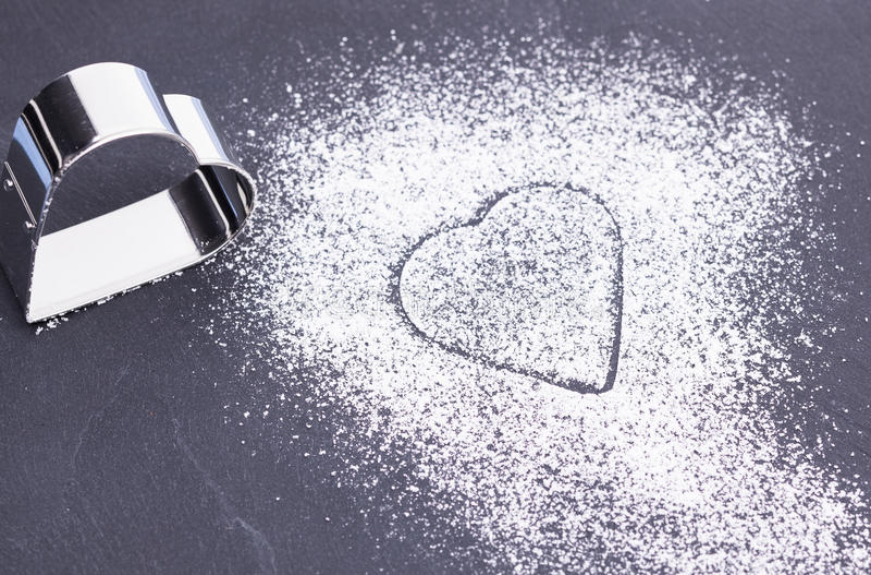 Cuore dello zucchero sul piatto immagine stock libera da diritti