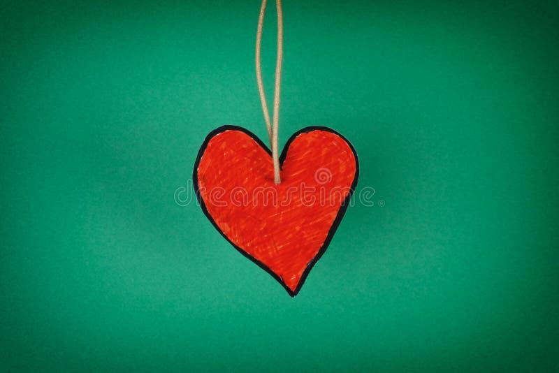 Cuore di carta rosso su un fondo verde fotografia stock libera da diritti