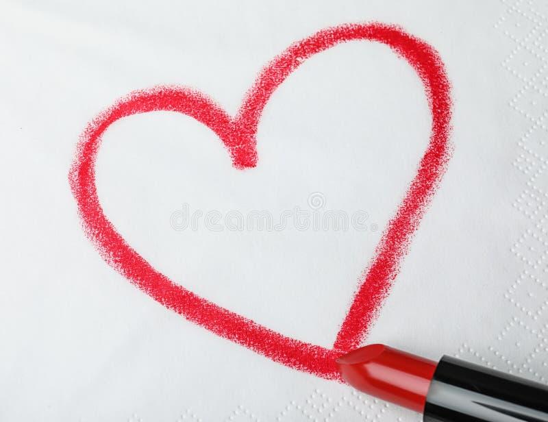 Cuore di disegno con rossetto sul tovagliolo di carta fotografia stock libera da diritti