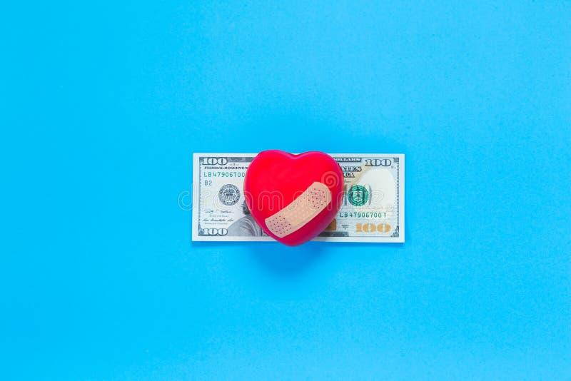 Cuore di gomma rosso sulla banconota del dollaro immagine stock libera da diritti