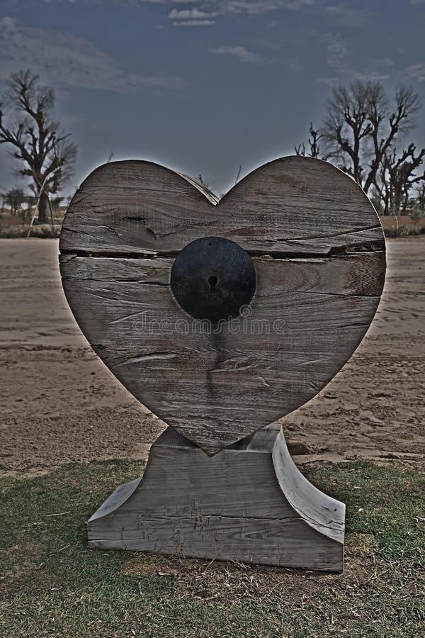 Cuore di legno bloccato fotografia stock