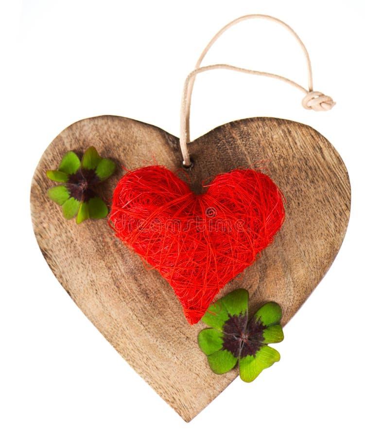 Cuore di legno e cuore rosso fotografie stock