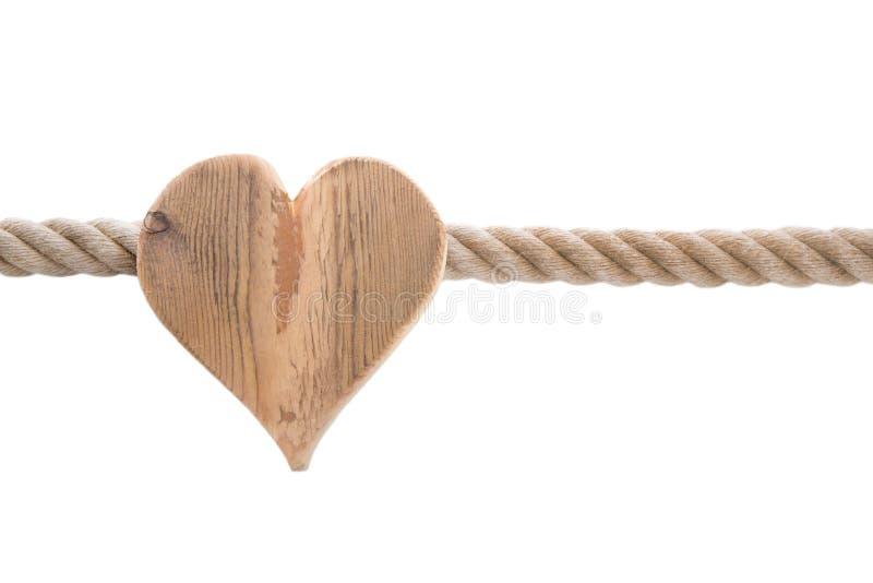 Cuore di legno isolato con una corda della nave isolata sul backgro bianco fotografia stock libera da diritti