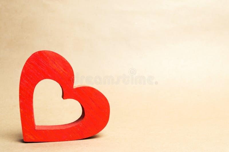 Cuore di legno rosso, isolato, il concetto di amore, romance, sensibilità, giorno del ` s del biglietto di S. Valentino, donatori immagini stock libere da diritti