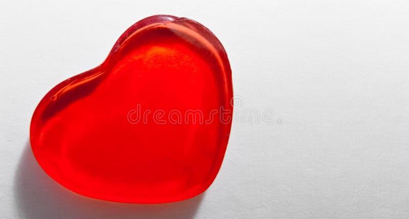 Cuore di piccolo gel rosso sulla carta bianca Foto macro fotografie stock