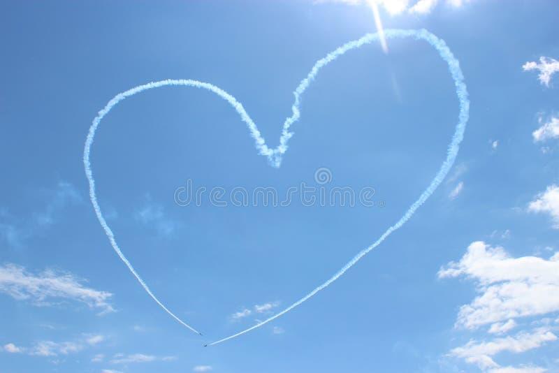 Cuore dipinto in aeroplani nel cielo immagine stock