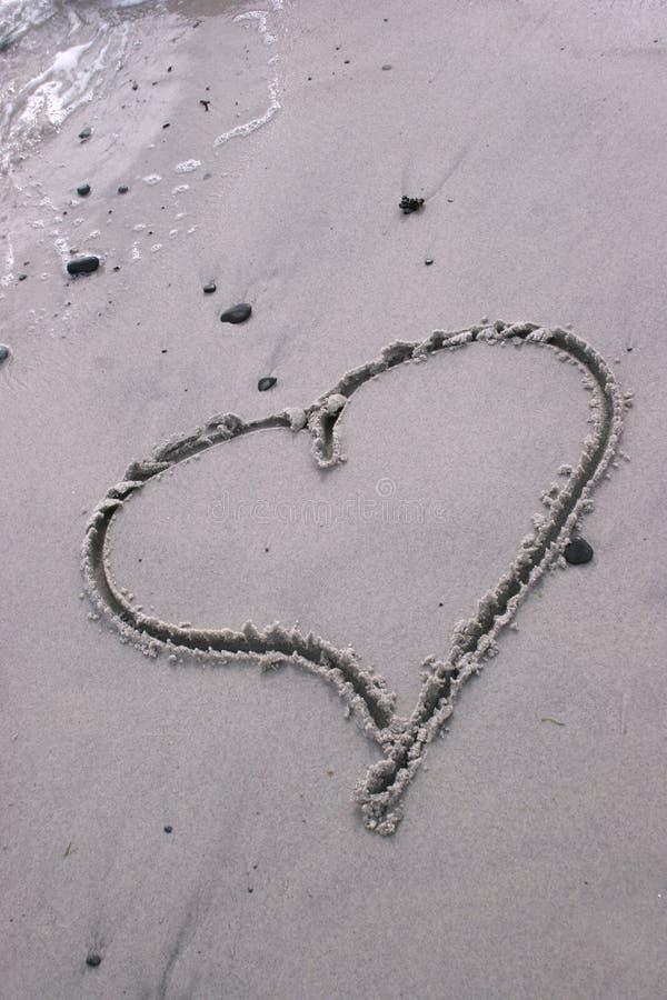 Cuore dissipato nella sabbia immagini stock libere da diritti