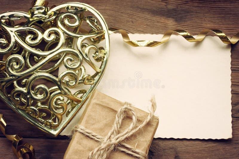 Cuore dorato del pizzo di giorno di biglietti di S. Valentino fotografia stock libera da diritti
