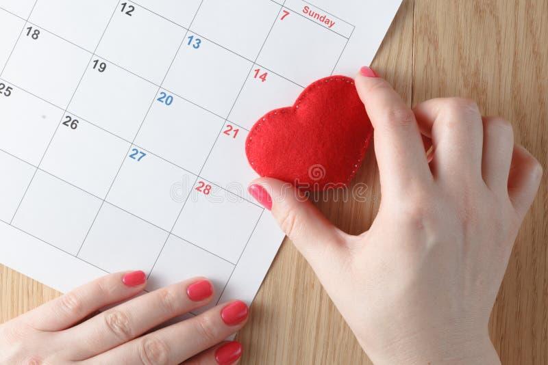 Cuore e calendario rossi, mese di amore fotografia stock libera da diritti