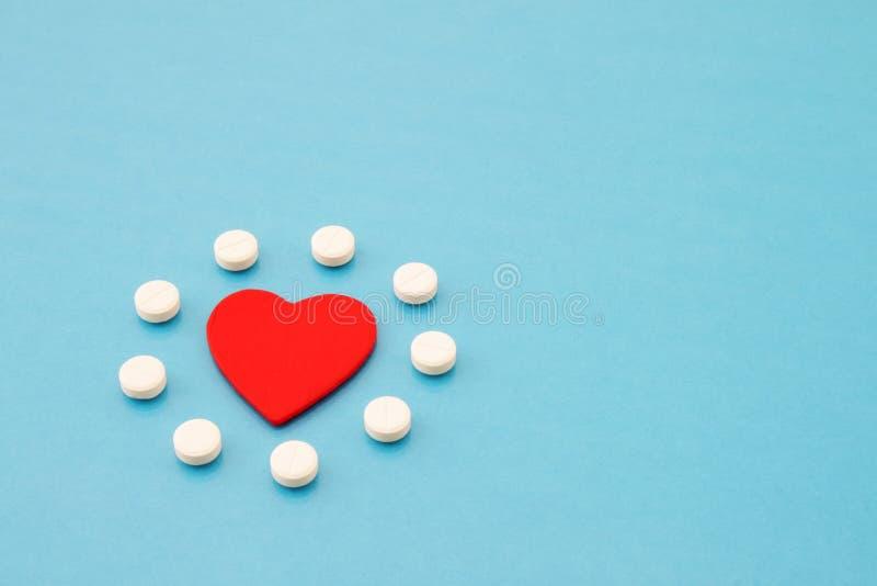 Cuore e pillole decorativi fotografia stock