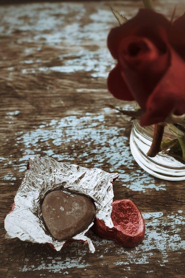 Cuore e rosa rossa del cioccolato immagini stock