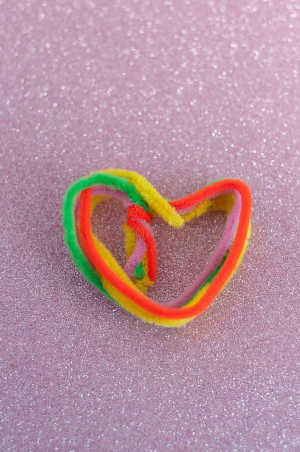 cuore a forma di facendo uso dell'elemento colourful dei mestieri, sul fondo rosa di scintillio fotografia stock libera da diritti