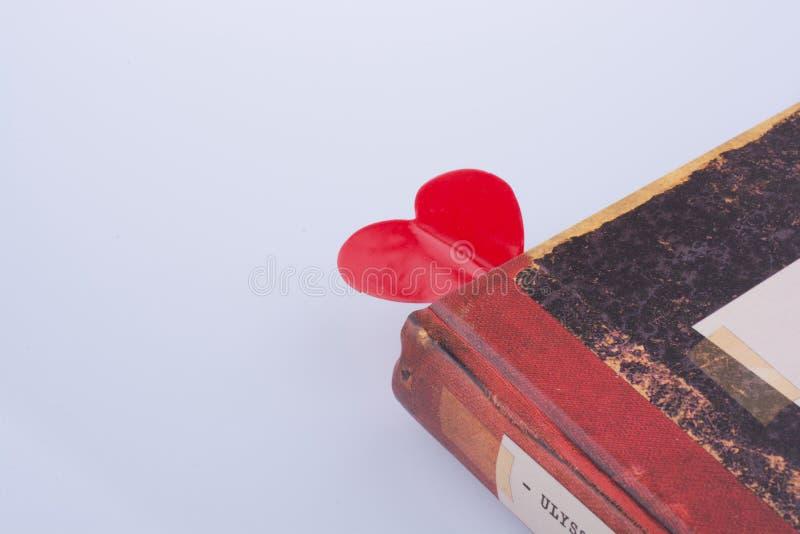 Cuore fra le pagine di un libro immagine stock
