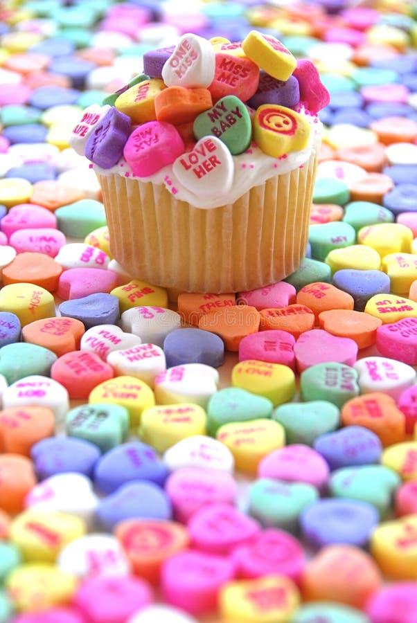 Cuore luminoso della caramella del bigné del biglietto di S. Valentino immagine stock