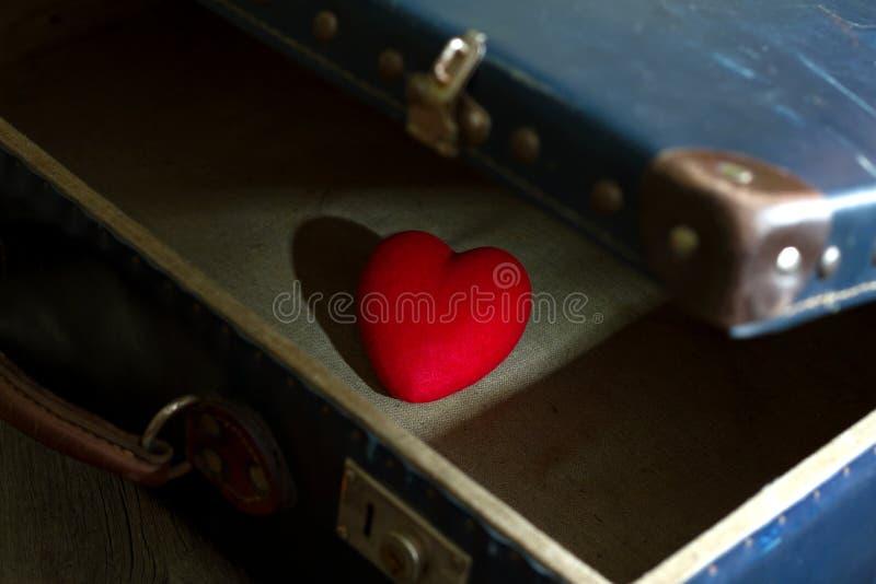 Cuore nell'estratto della valigia di solitudine nell'amore immagini stock