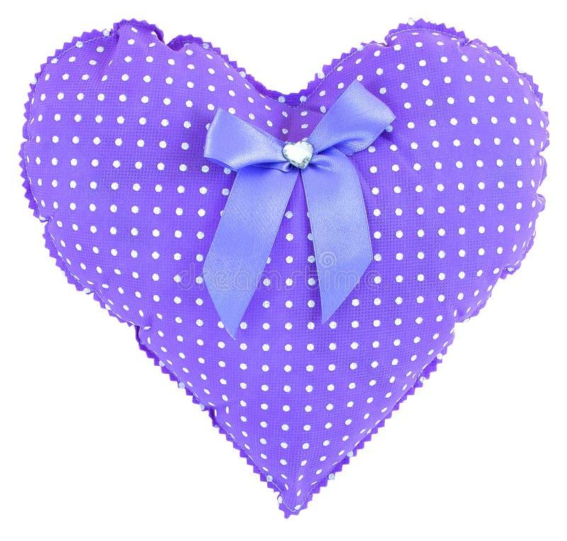 Cuore rosa farcito del percalle con i punti bianchi, l'arco e un cuore di cristallo isolato su fondo bianco Purple Heart al valor immagini stock