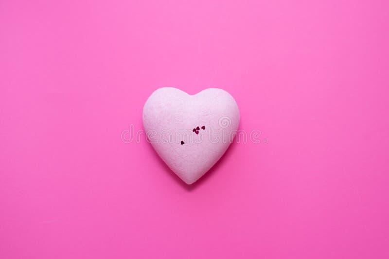 cuore rosa su fondo rosa Copi lo spazio Concetto di amore biglietto di S. Valentino di giorno, San Valentino fotografia stock libera da diritti
