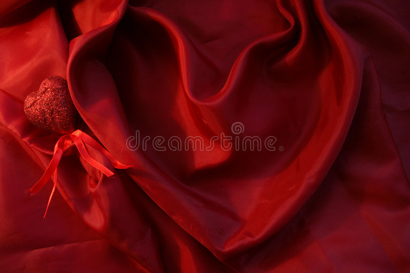 Cuore rosso da seta rossa per il giorno del biglietto di S. Valentino della st fotografia stock libera da diritti