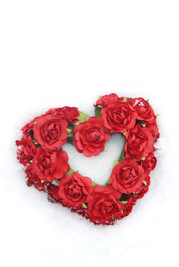 Cuore rosso del biglietto di S. Valentino in neve immagine stock libera da diritti