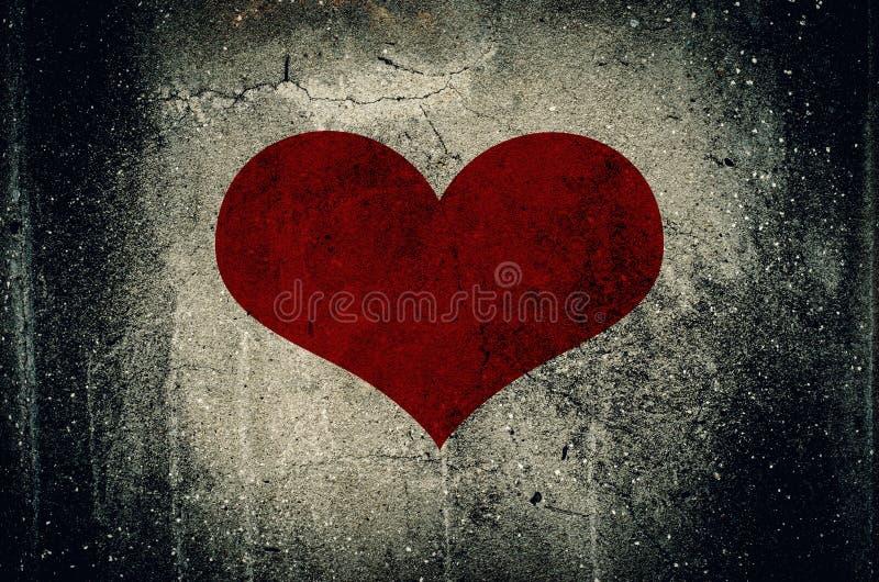 Cuore rosso dipinto sul fondo della parete del cemento di lerciume fotografia stock libera da diritti