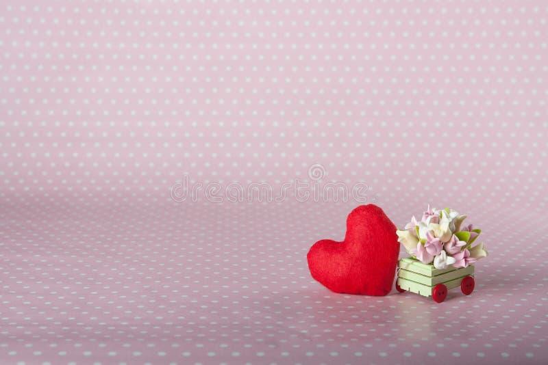 Cuore rosso e un carretto con i fiori immagine stock libera da diritti