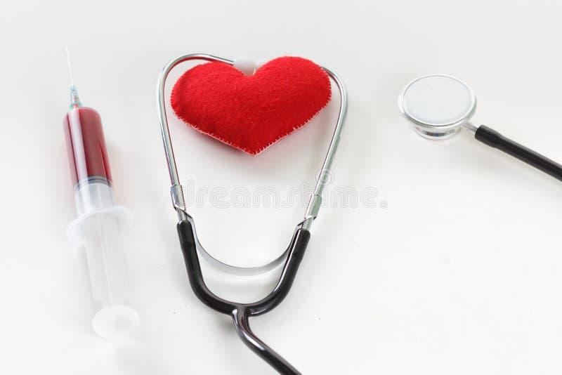 Cuore rosso e uno stetoscopio sullo scrittorio fotografia stock libera da diritti