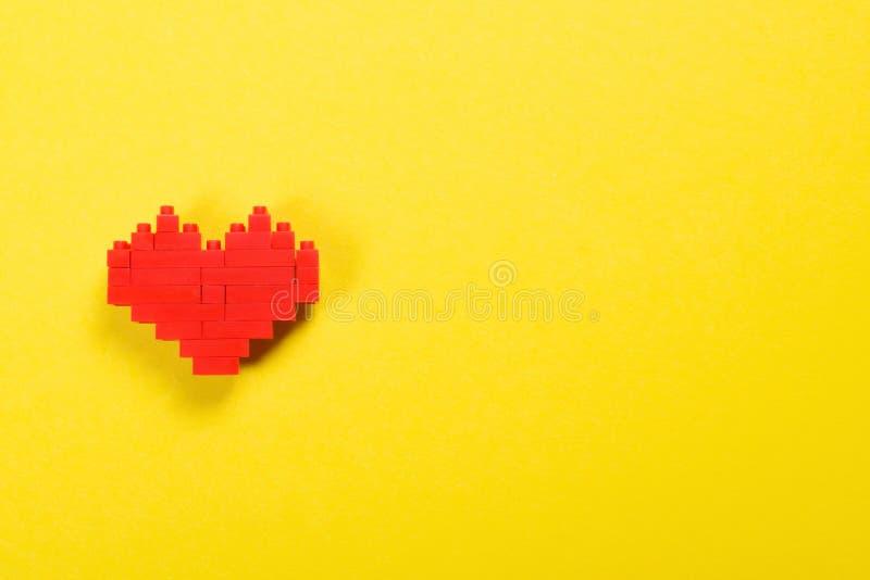 Cuore rosso fatto dei blocchetti del costruttore fotografie stock libere da diritti
