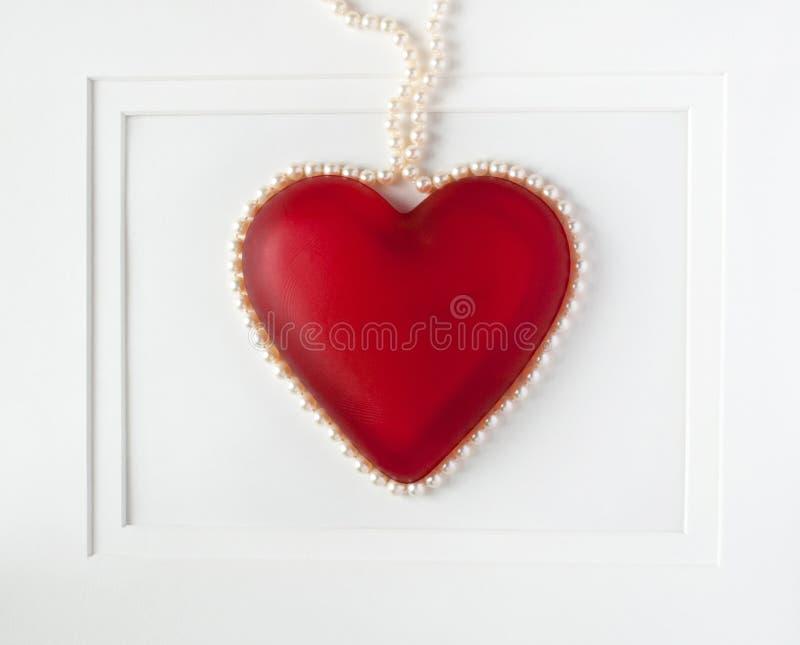 Cuore rosso incorniciato con le perle immagini stock libere da diritti