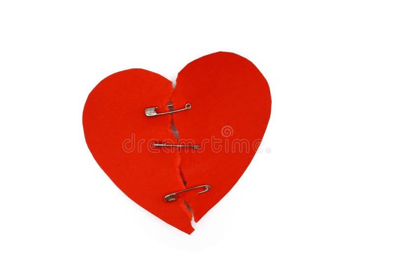 Cuore rosso riparato Concetto del cuore rotto Cuore riparato con la spilla di sicurezza Celebrazione di giorno di biglietti di S. fotografia stock libera da diritti