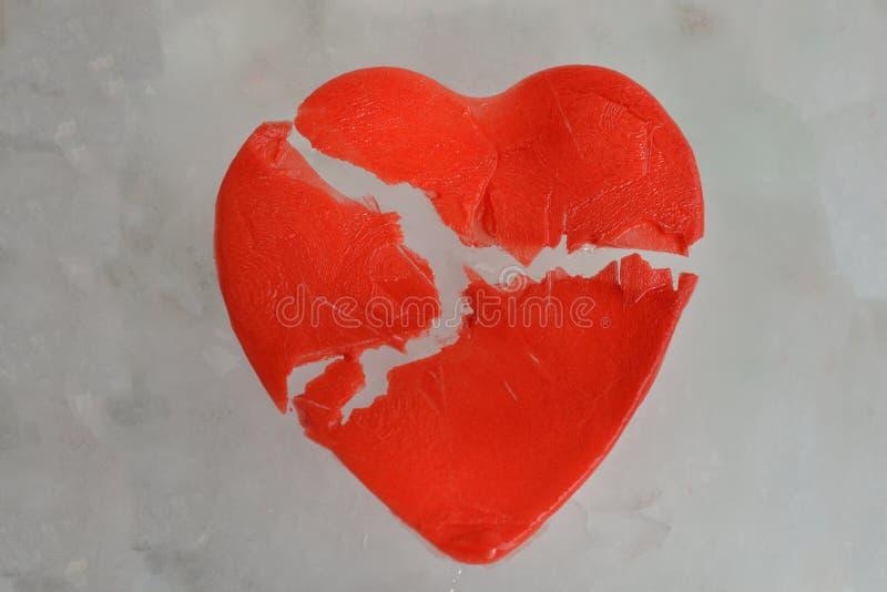 Cuore rosso rotto di ghiaccio immagine stock