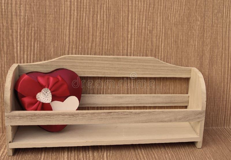 Cuore rosso in scanalatura di legno fotografie stock
