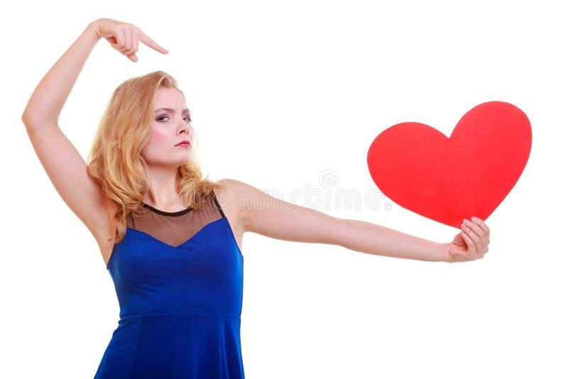 Cuore rosso. Simbolo di amore. Simbolo di giorno di S. Valentino della tenuta della donna. immagini stock libere da diritti