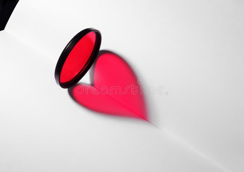Cuore rosso sul libro in bianco fotografia stock