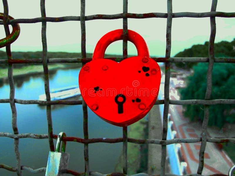 Cuore rosso sul recinto, nozze, San Valentino, simbolo del castello di amore immagini stock