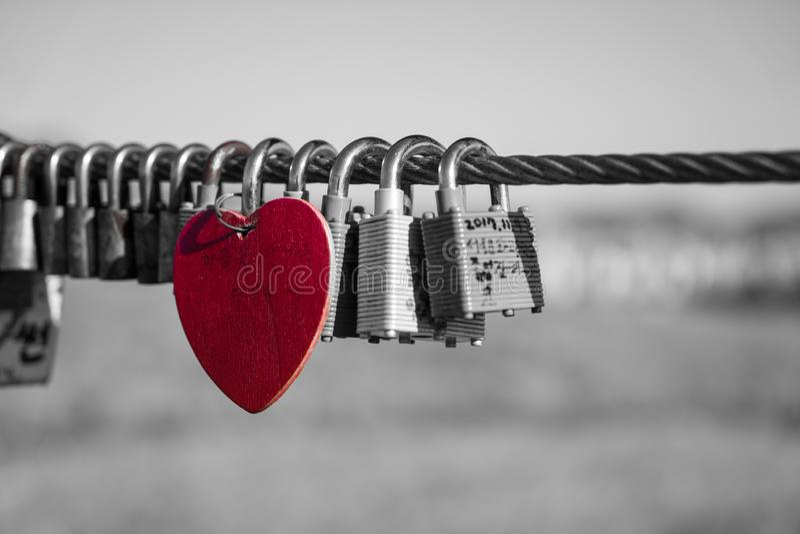 Cuore rosso in un mare delle serrature di amore fotografia stock libera da diritti