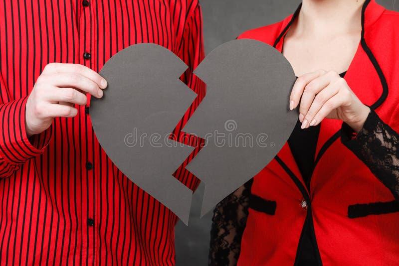Download Cuore Rotto Della Tenuta Della Donna E Dell'uomo Fotografia Stock - Immagine di romantico, parti: 117981520