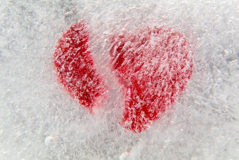 Cuore rotto rosso congelato in ghiaccio fotografie stock libere da diritti