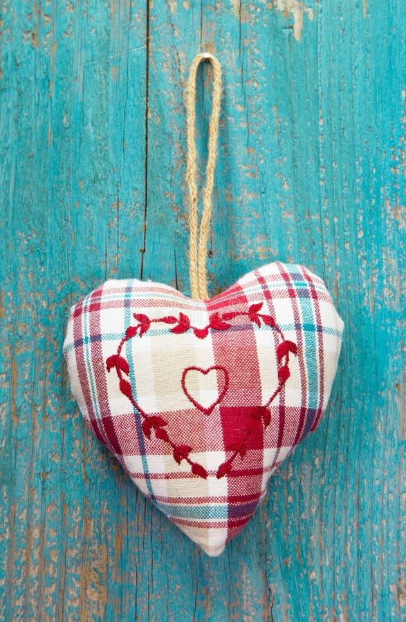 Cuore rustico sulla superficie di legno del turchese per nozze, compleanno, fotografia stock