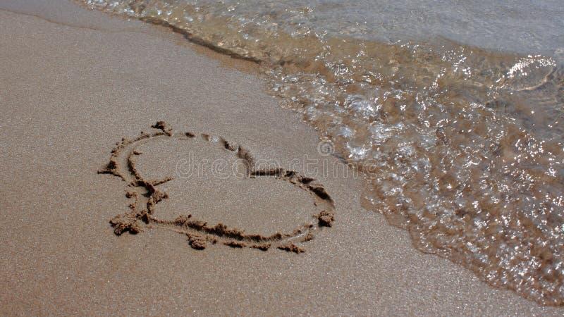 Cuore in sabbia fotografie stock