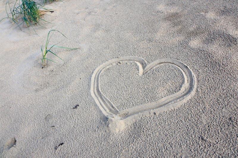 Cuore in sabbia immagini stock
