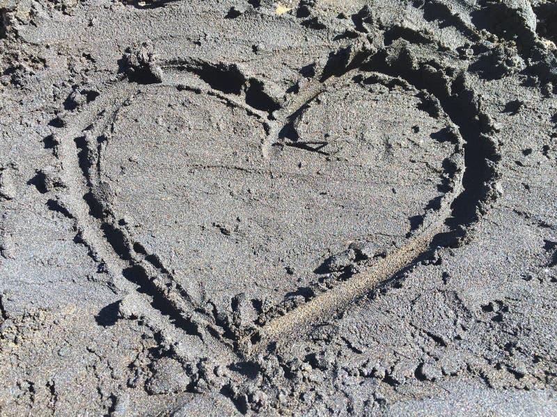 Cuore in sabbia nera immagine stock libera da diritti