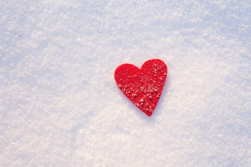 Cuore su neve, giorno del feltro del ` s del biglietto di S. Valentino immagini stock
