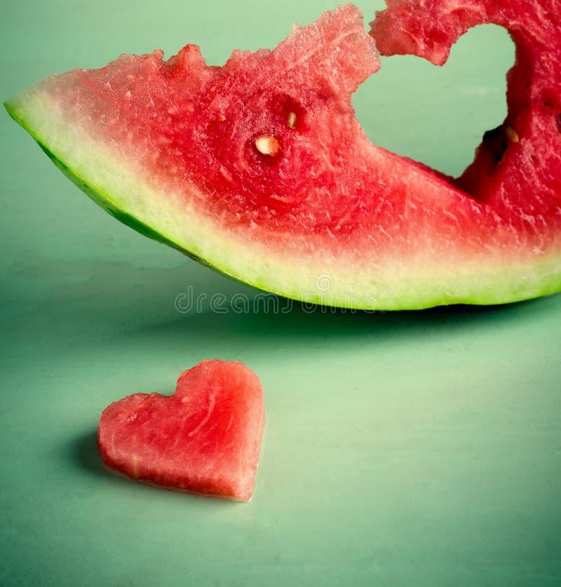 Cuore succoso fresco dell'anguria al fondo di legno del turchese Biglietto di S. Valentino del san, cartolina d'auguri di amore fotografie stock libere da diritti