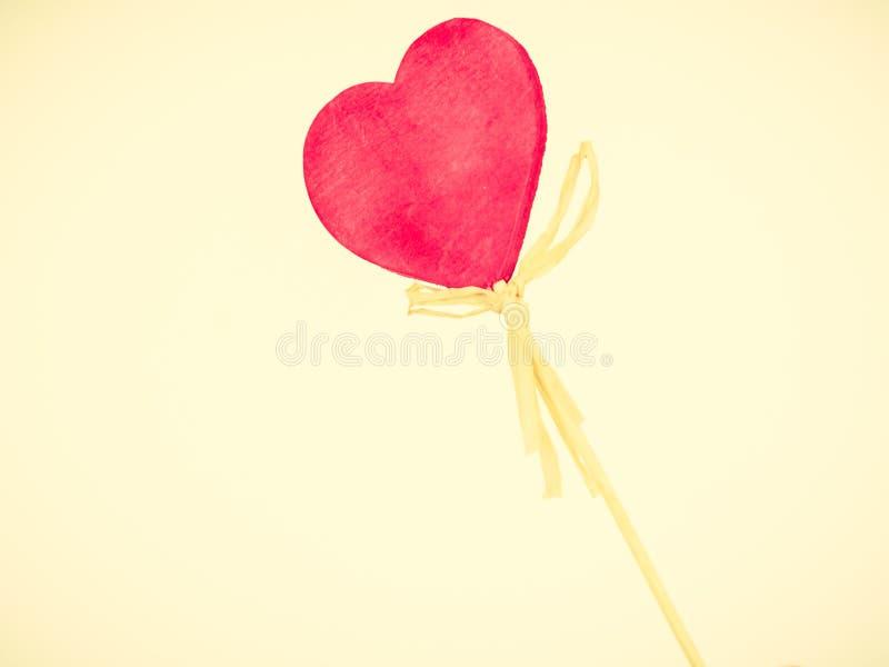 Cuore sul bastone di legno, regalo del biglietto di S. Valentino fotografia stock