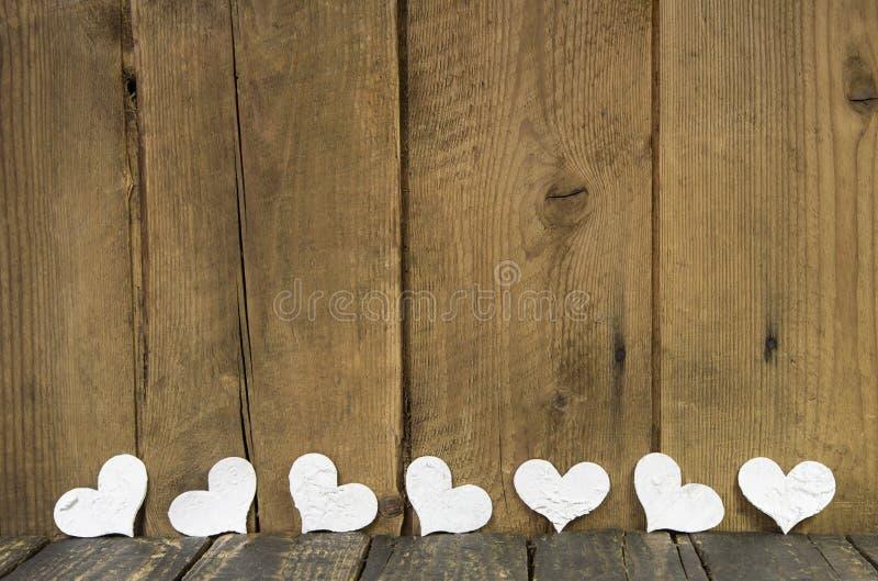 Cuori bianchi su un vecchio fondo rustico di legno. fotografia stock libera da diritti