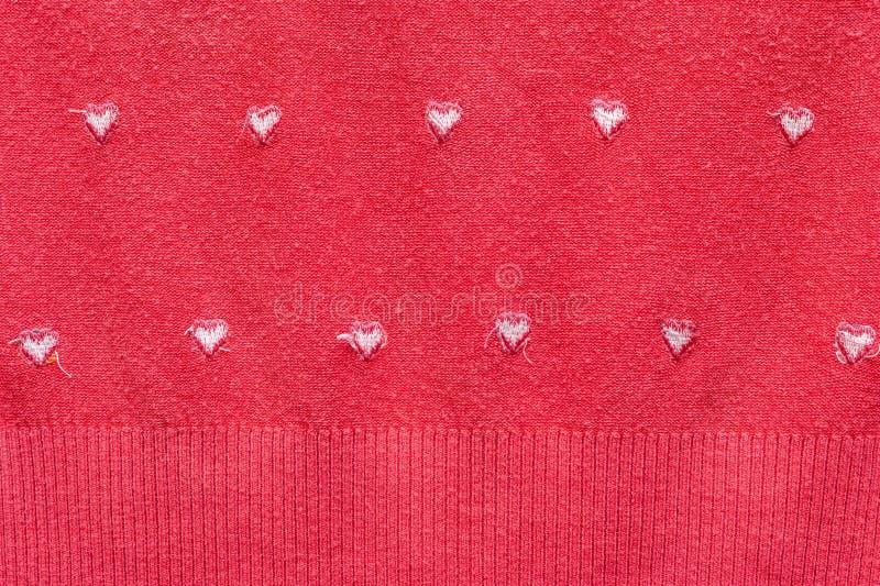 Cuori bianchi sui precedenti tricottati rossi Del tessuto del panno vista dentro - fuori San Valentino e concetto felici di amore fotografia stock libera da diritti