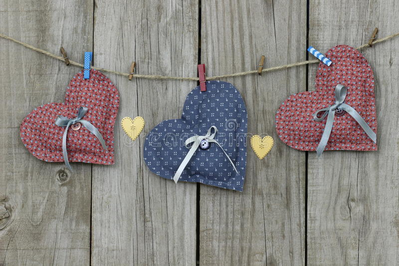Cuori blu e rosa che appendono sulla corda da bucato immagine stock