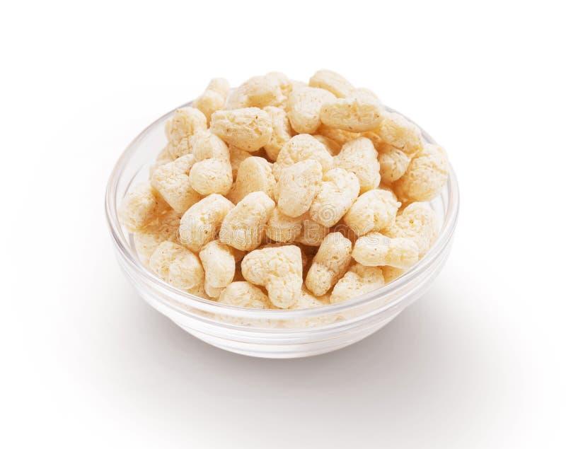 Cuori del cereale in ciotola di vetro isolata su bianco fotografia stock libera da diritti