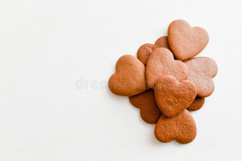 Cuori del cioccolato sui cuori bianchi del fondo amore per le torri immagini stock
